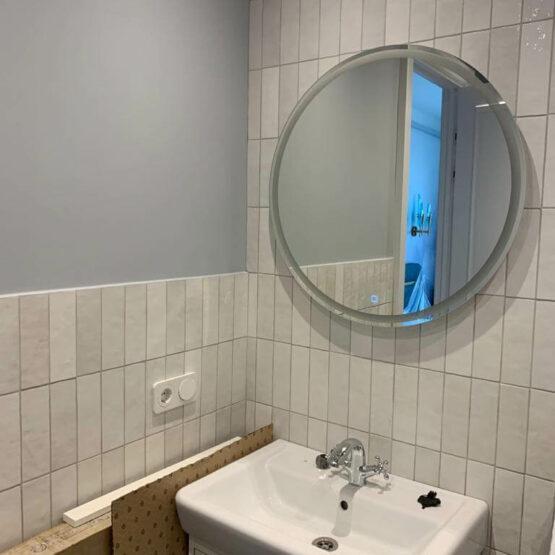 Раковина с зеркалом в ванной